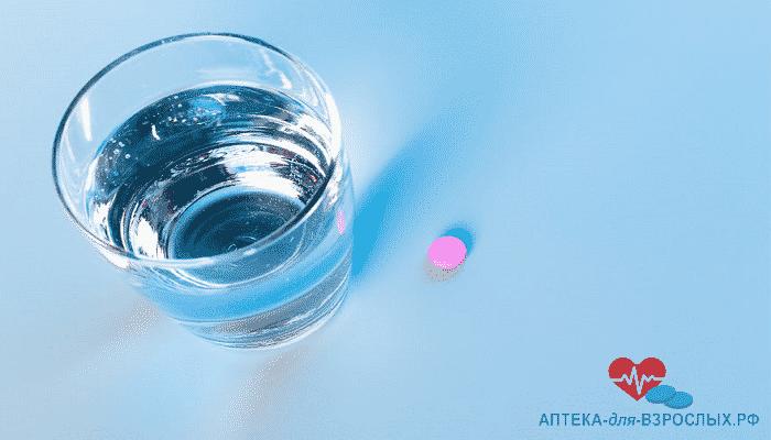 Таблетка для потенции и стакан воды
