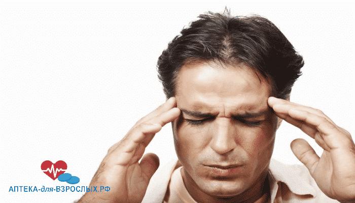 Темноволосый мужчина испытывает дискомфорт от неправильного использования препарата