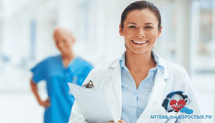 Улыбающаяся девушка-врач со своей коллегой