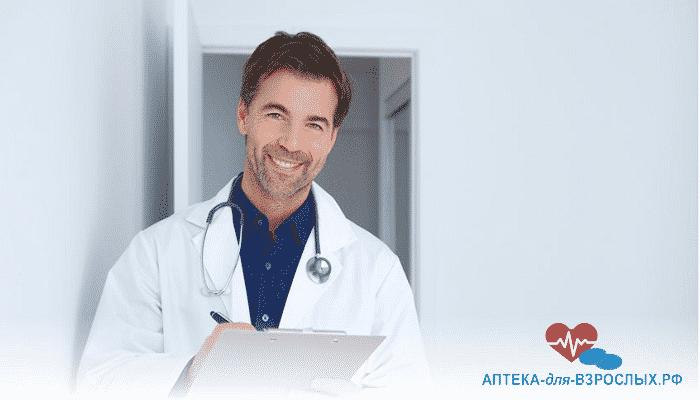 Улыбающийся врач записывает жалобы пациента