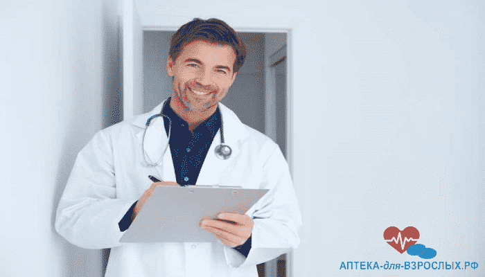 Улыбающийся доктор записывает жалобы пациента
