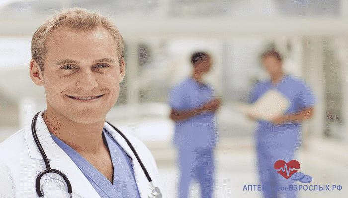 Улыбающийся мужчина-врач в медицинском учреждении